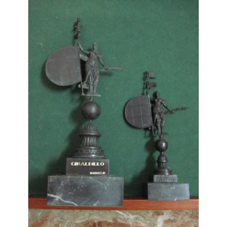 Giraldillo en bronce cincelado y patinado de 23 cm y de 16 cm con peana de mármol.